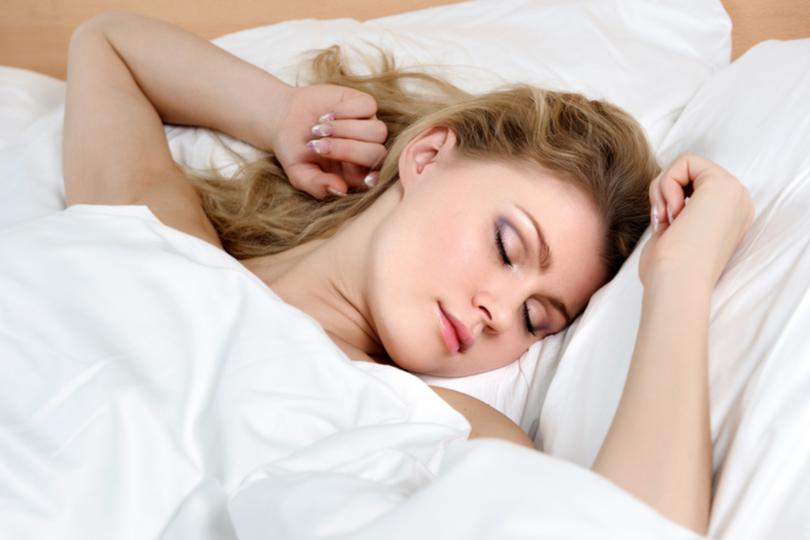 Dormir de maquiagem faz mal?