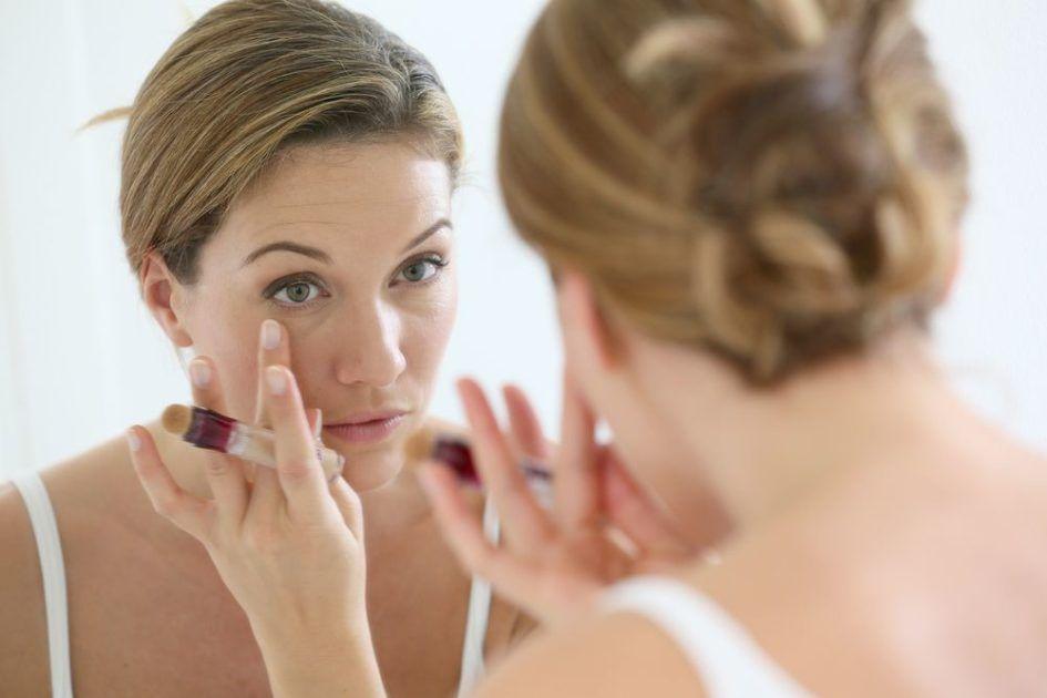 Como fazer maquiagem que disfarça olheira