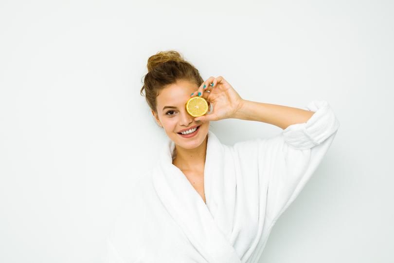 Conheça os benefícios da vitamina C para a pele e veja como colocar na sua rotina